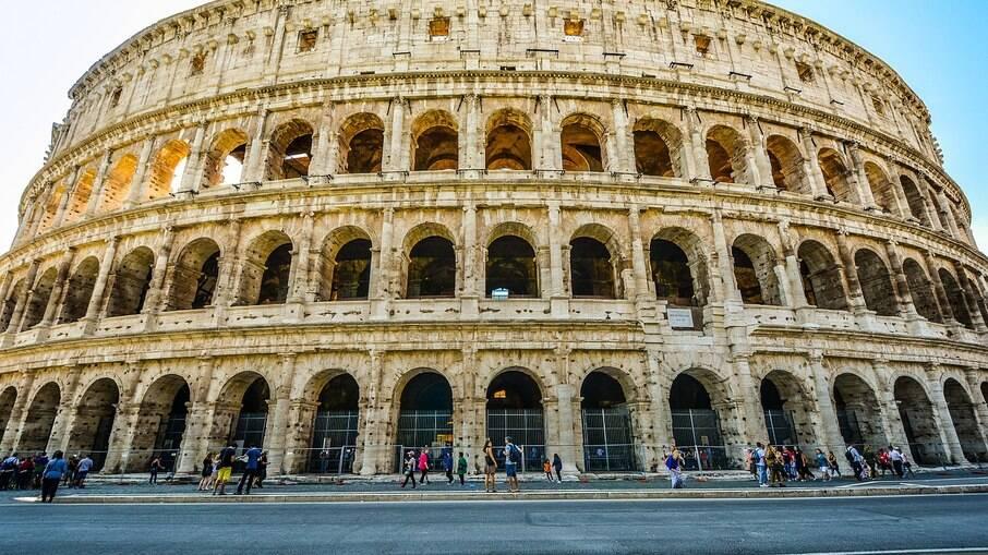 O Coliseu fica a poucos metros de uma estação de metrô