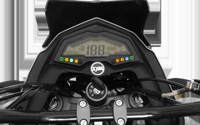 Seu cluster digital oferece informações de viagem ao condutor com visor que resiste ao ofuscamento do Sol