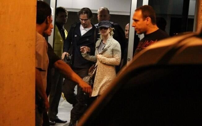 Britney Spears e Jason Trawick chegam no aeroporto do Galeão, no Rio