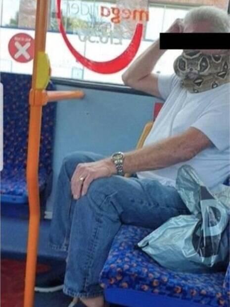 homem com cobra