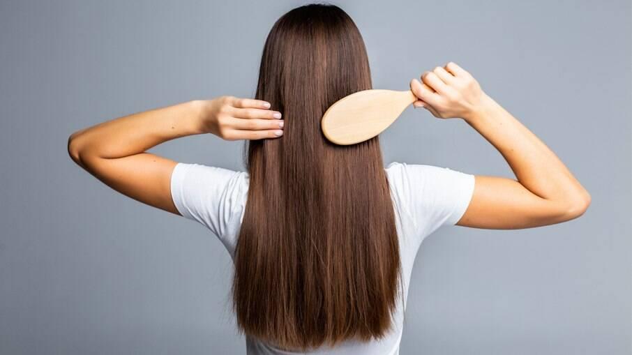 A queda de cabelo, também chamada de eflúvio telógeno, é um sintoma relatado por 25% das pessoas que contraíram a Covid-19