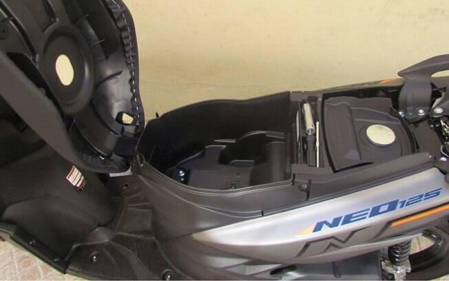 Embaixo do banco do Yamaha Neo cabe apenas um capacete pequeno no espaço disponível