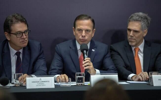 Governador de São Paulo, João Doria, entre o o presidente da GOL, Paulo Kakinoff, e o Secretário de Turismo, Vinicius Lummertz.