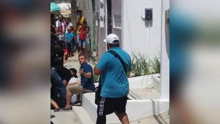 Resultado de imagem para Mulher corta os pulsos na frente Luciano Huck no Ceará