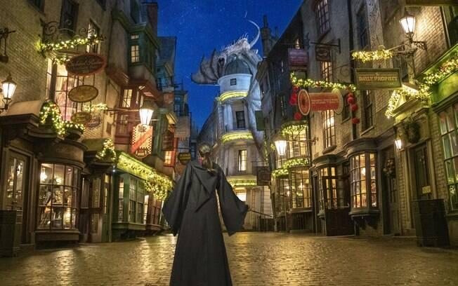 As ruas de Hogsmeade e do Diagon Alley enfeitadas com decorações temáticas