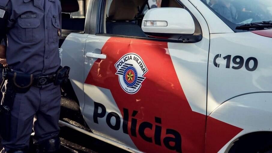 Mulher telefona para polícia, pede pizza e oficiais entendem pedido de ajuda