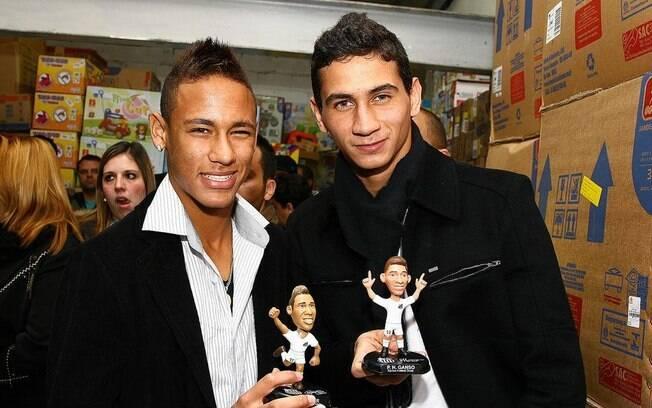 Logo que despontou no Santos, Neymar começou  uma amizade com Paulo Henrique Ganso. Eles  lançaram bonequinhos em julho de 2010