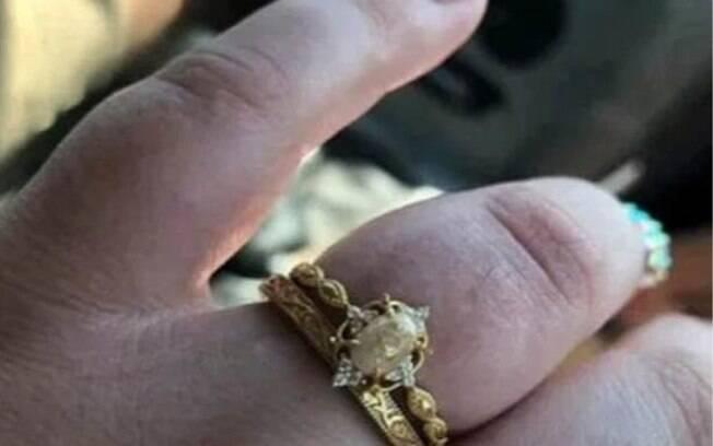 Na publicação do Facebook, ela diz que o anel é feito com leite materno, cordão umbilical e pedaços de cabelo dos filhos