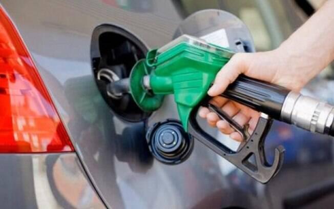 Queda do preço da gasolina nas refinarias não tem refletido no preço pago pelos consumidores
