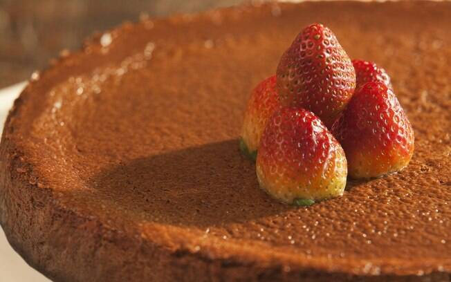 Essa cheesecake não tem massa de biscoito e um creme, mas, sim, uma massa já com o chocolate incorporado