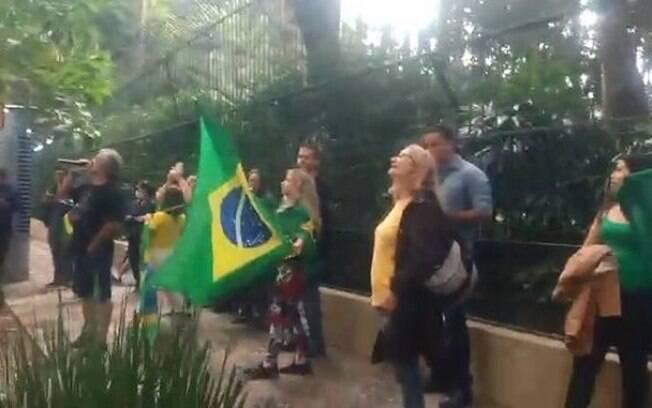Manifestantes bolsonaristas protestando em frente ao prédio do ministro do STF Alexandre de Moraes em São Paulo