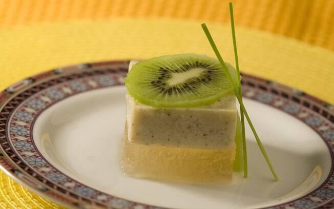 Foto da receita Gelatina diet de chá verde com creme de kiwi pronta.