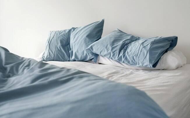Arejar o colchão e lavar os lençóis em água quente ajudam a manter tudo mais limpinho