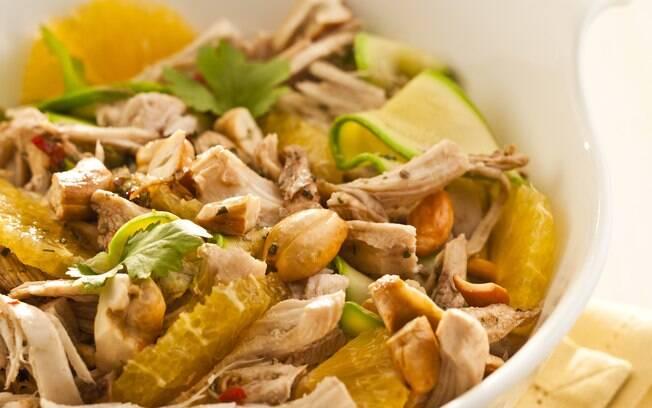 Foto da receita Salada de frango desfiado com laranja, abobrinha e molho agridoce pronta.