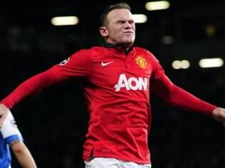 Chute de Wayne Rooney originou o gol contra de Martínez, que deu a vitória ao United