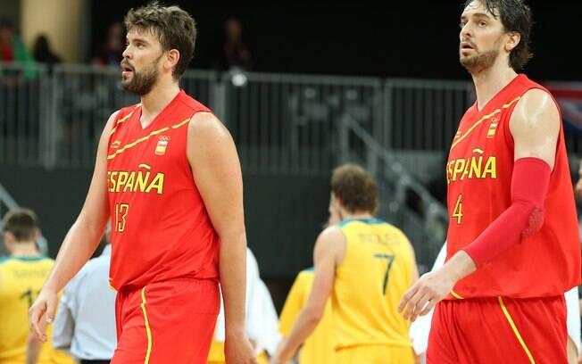 Pau e Marc Gasol formam o garrafão titular da  seleção espanhola de basquete, medalha de prata  nas duas últimas Olimpíadas