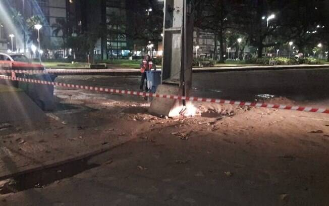 Na avenida Vicente de Carvalho, ao lado da Concha Acústica, ocorreu um curto