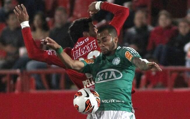 Wesley mata no peito e domina a bola para o  Palmeiras