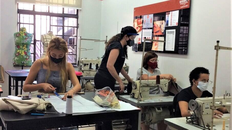 Alunas na escola de moda Sigbol