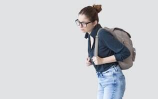 Como evitar e tratar problemas na coluna causados por malas e bolsas pesadas?