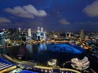 Esferas de luzes fazem a contagem regressiva para 2015 em Singapura
