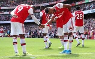 Na estreia de David Luiz, dupla de ataque funciona e Arsenal vence outra