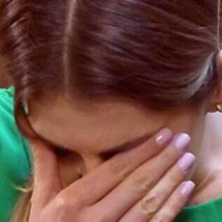 Edith fica chocada ao ver o marido com outro homem