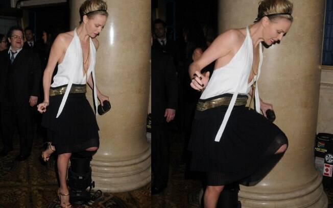 Charlize Theron quase foi ao chão nessa segunda-feira (28)
