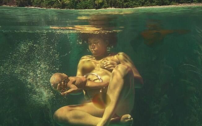 Uma das fotos de Natalie Lennard que representa um parto na água