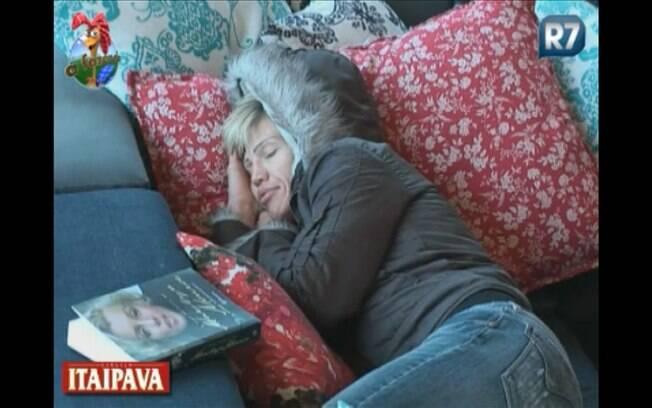 Após comer lanche, Duda descansa no sofá da varanda