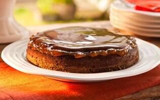 Bolo de chocolate com cobertura de geleia de damasco e Danette