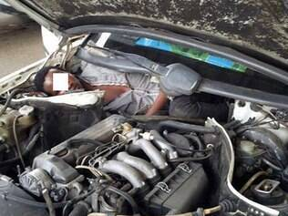 Polícia acha imigrante dentro de motor