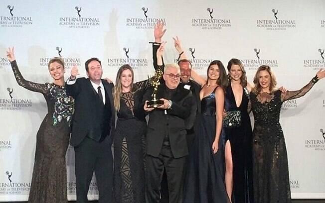 Elenco de Verdades Secretas comemora vitória no Emmy Internacional