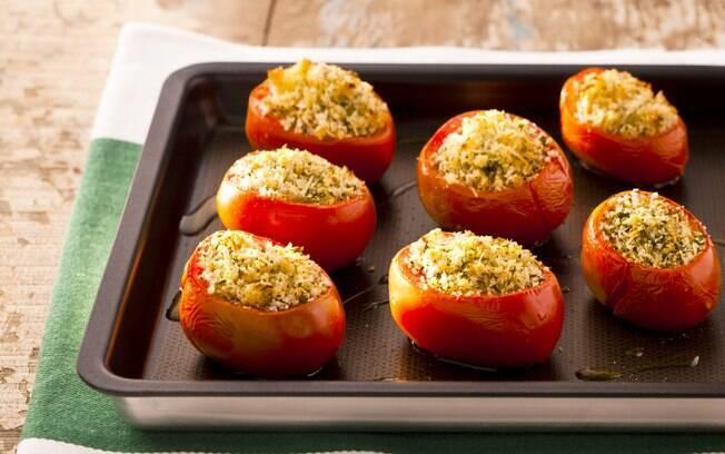 Foto da receita Tomates assados recheados com queijo, pão italiano e ervas pronta.