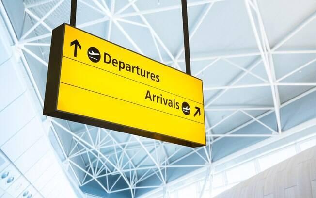 Placa indicando partidas e chegadas em um aeroporto