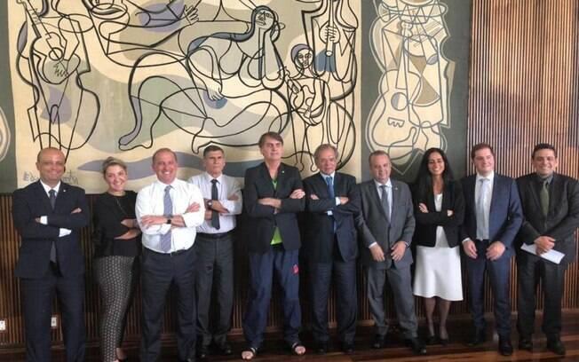 Bolsonaro já posou vestindo um chinelo em foto com ministros