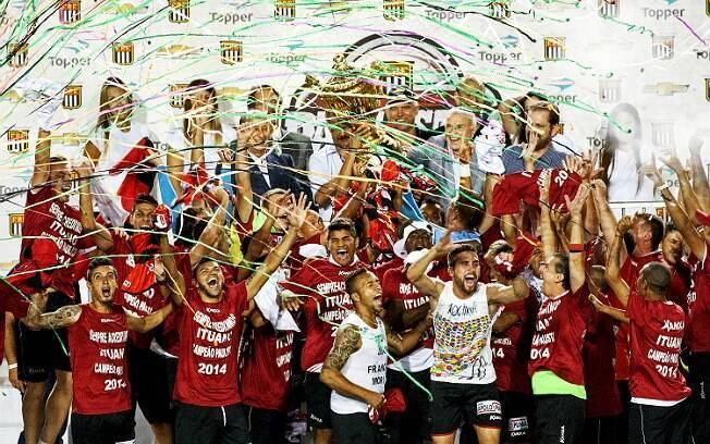 Jogadores do Ituano comemoram título do Paulista após vitória, nos pênaltis, sobre o Santos