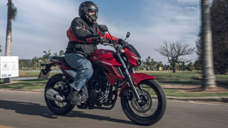 Yamaha Fazer 250 tem três opções de cores: azul metálico, o vermelho metálico e o preto fosco
