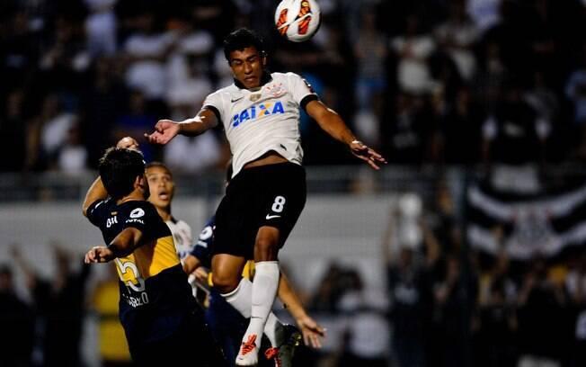Paulinho cabeceia para marcar gol de empate  do Corinthians