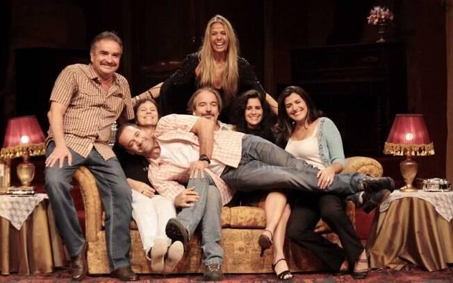Adriane Galisteu e o elenco da peça
