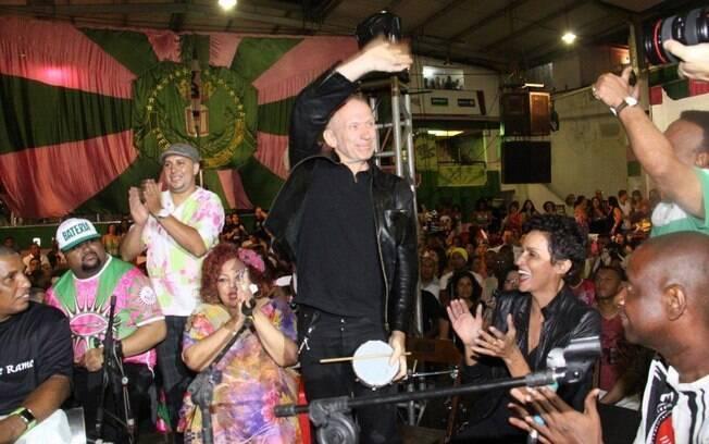 Jean-Paul Gaultier com Alcione na quadra da Mangueira