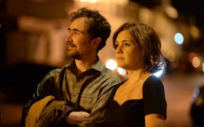 Tânia (Adriana Esteves) e Hugo (João Miguel) também vivem uma relação com problemas. Escondido do marido que quer ser pai novamente, ela toma anticoncepcional . Foto: Divulgação/TV Globo