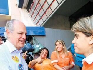 Tucano Pimenta da Veiga cumprimenta eleitora no Triângulo Mineiro