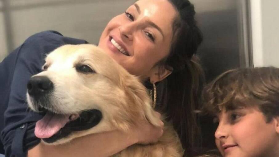 Claudia Leitte e seu cachorro Fubá