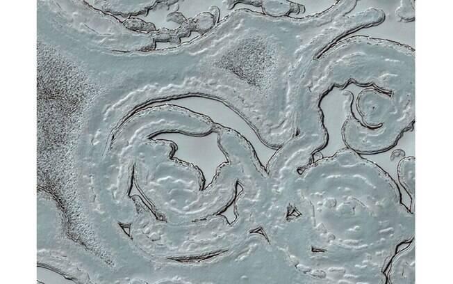 No polo sul do planeta vermelho, a paisagem é branca. Com temperaturas extremamente baixas, as extremidades do planeta são cobertas de gelo