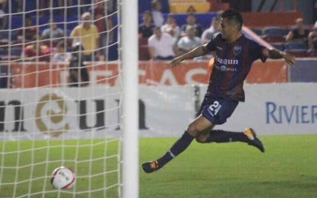 Lizandro Echeverría, jogador do Atlante, do México, momentos antes de se chocar com a trave