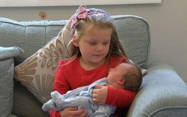 Teddie nasceu na semana passada, mas pais afirmam que há uma mistura de sentimentos pelo outro filho que perderam