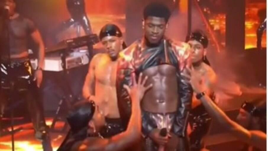 Cantor rasga calça em performance no pole dance no Saturday Night Live