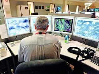 Monitorado. Meteorologistas fornecem dados climáticos detalhados para a indústria aeroviária e fazem teleconferências com companhias