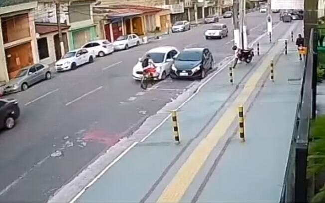 Logo após atropelamento, homem se levante e caminha até a calçada, onde desaba novamente